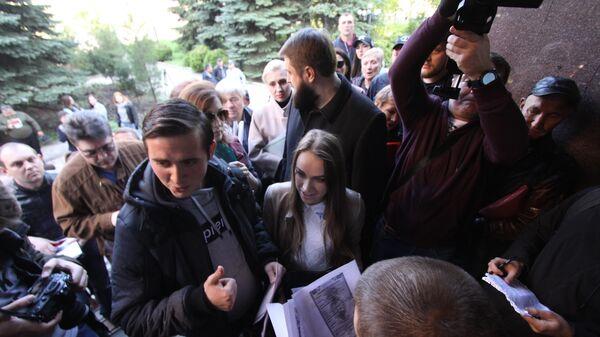 Жители Донецка в очереди на подачу заявлений о получении гражданства России в упрощенном порядке у здания аппарата Миграционной службы ДНР в Донецке