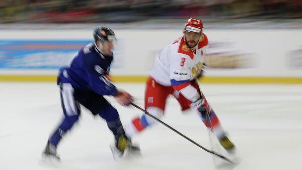 Форвард сборной России Александр Овечкин (справа)
