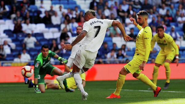 Форвард Реала Мариано забивает мяч в ворота Вильярреала