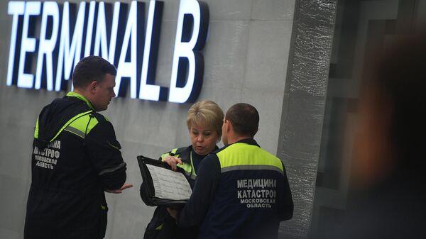 Медицинские работники в аэропорту Шереметьево, где самолет авиакомпании Аэрофлот Sukhoi Superjet 100 был вынужден вернуться в аэропорт из-за возгорания на борту