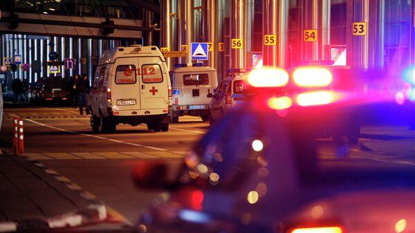 Машины экстренных служб у здания терминала аэропорта Шереметьево, где самолет авиакомпании Аэрофлот Sukhoi Superjet 100 был вынужден вернуться в аэропорт из-за возгорания на борту