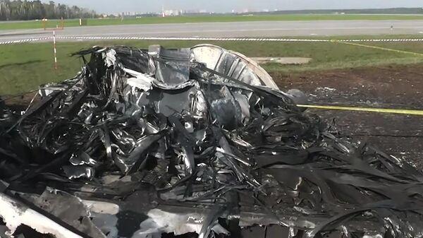 Сгоревшие фрагменты самолета компании Аэрофлот Sukhoi Superjet-100 на летном поле в аэропорту Шереметьево