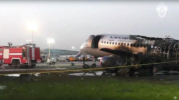 Хвостовая часть самолета SSJ-100, совершившего в понедельник жесткую посадку в московском аэропорту Шереметьево