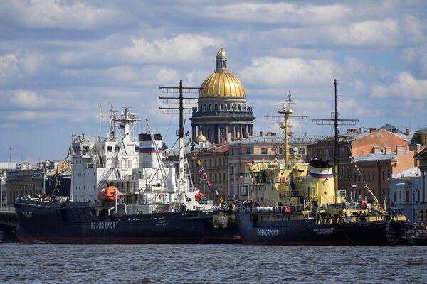 Ледокол Мудьюг и ледокол Иван Крузенштерн (слева направо) во время VI фестиваля ледоколов в  Санкт-Петербурге