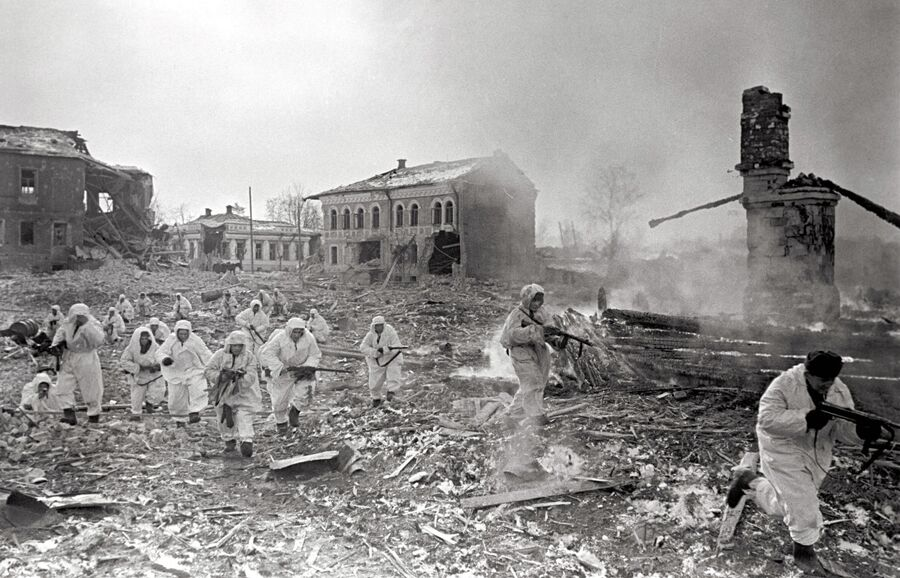 Советские разведчики входят в город Юхнов. Западный фронт