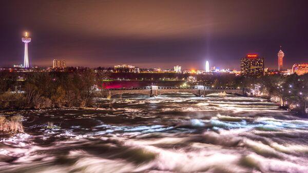 Вечерний вид на мост через реку Ниагара