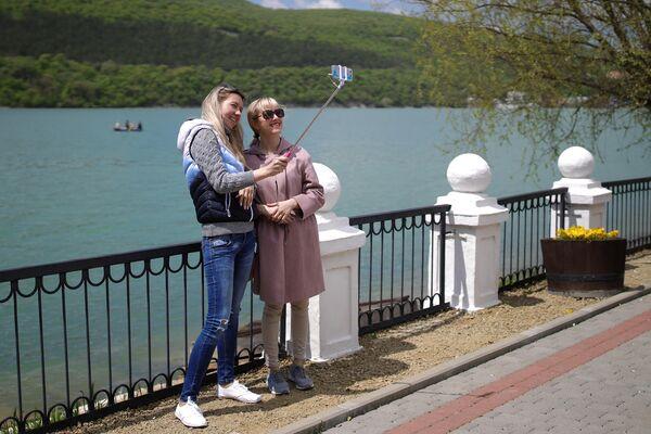 Отдыхающие на набережной озера Абрау в Краснодарском крае
