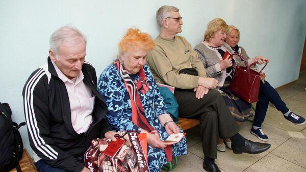 Жители Луганска сидят в очереди в отделении миграционной службы самопровозглашенной Луганской Народной Республики