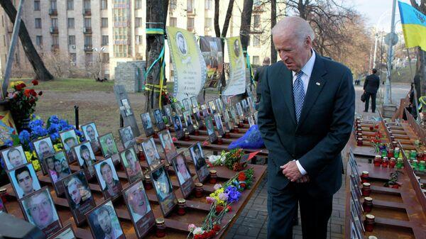 Вице-президент США Джо Байден у мемориала Небесной сотни в Киеве. 7 декабря 2015 года
