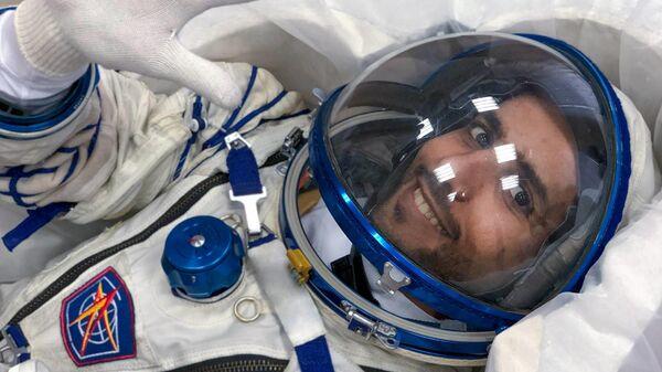 Космонавты ОАЭ Хаззаа аль-Мансури и Султан аль-Нейяди во время отливки предназначенных для них кресел для отправки на МКС