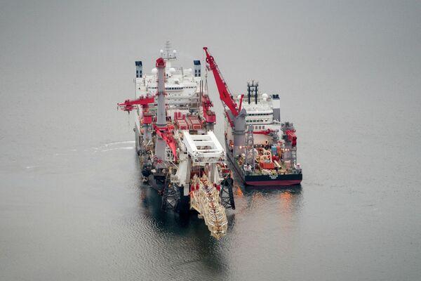Судно-трубоукладчик Solitaire и судно снабжения Fortitude стоят на якоре с северной стороны от моста Большой Бельт в Дании