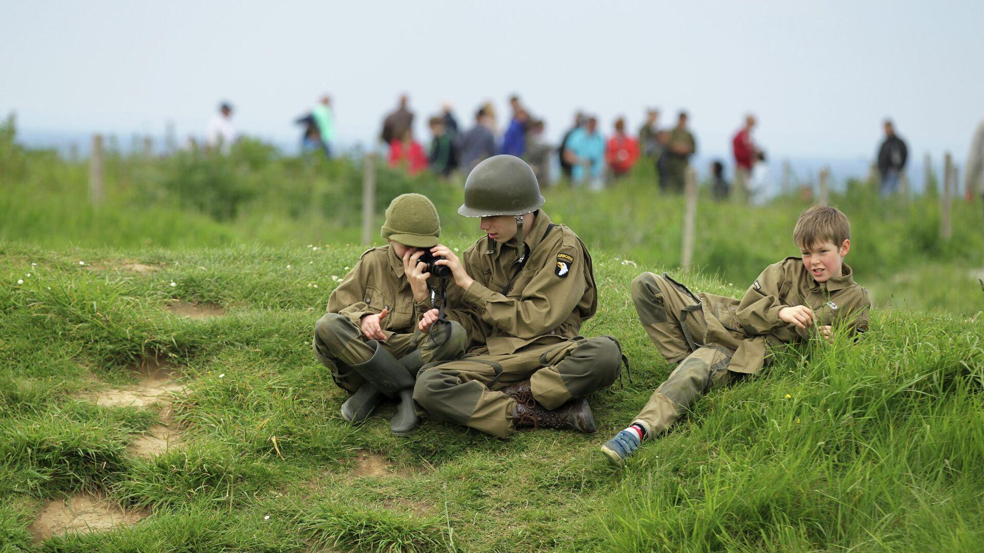 Дети в солдатской форме в Криквиль-ан-Бессен в Нормандии  - РИА Новости, 1920, 08.05.2019
