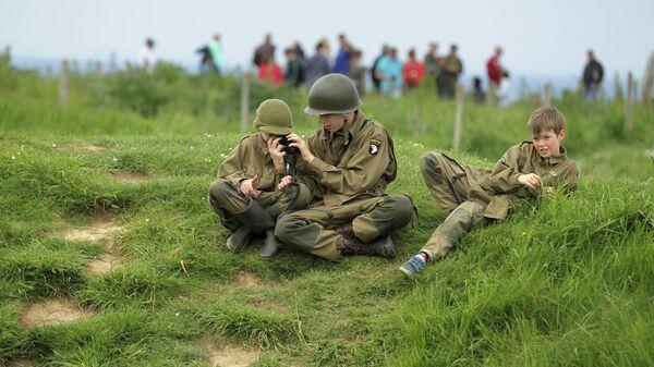 Дети в солдатской форме в Криквиль-ан-Бессен в Нормандии