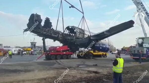 Изъятие следователями и сотрудниками Межгосударственного авиационного комитета фрагментов сгоревшего самолета Sukhoi Superjet-100 в аэропорту Шереметьево