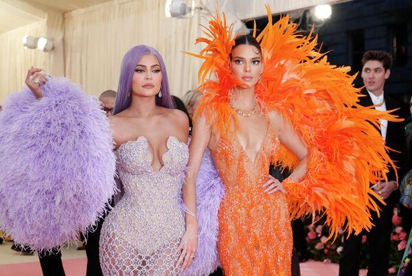 Кайли и Кендалл Дженнер на благотворительном балу Института костюма Met Gala 2019 в Нью-Йорке