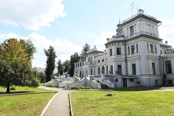 Здание усадьбы Грачевка в Грачевском парке в Москве