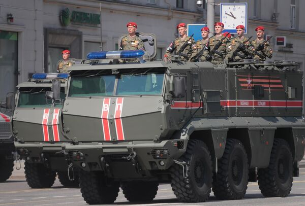 Военнослужащие в бронеавтомобиле Тайфун-К перед началом генеральной репетиции военного парада на Красной площади