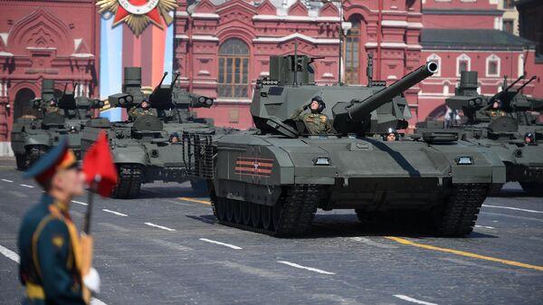 Танк Т-14 Армата и боевые машины поддержки танков (БМПТ) Терминатор на генеральной репетиции военного парада на Красной площади
