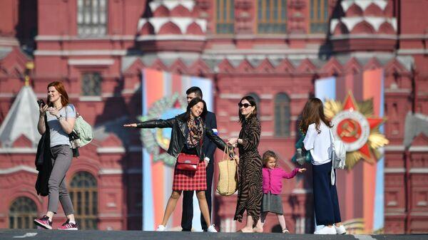 Зрители перед началом генеральной репетиции военного парада на Красной площади