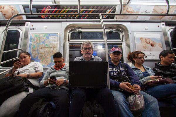 Пассажиры в нью-йоркском метро