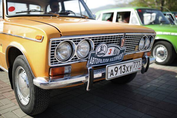 Участник юбилейного пятого авторалли Нахимов на автомобиле ВАЗ-2103 Жигули после финиша в Геленджике