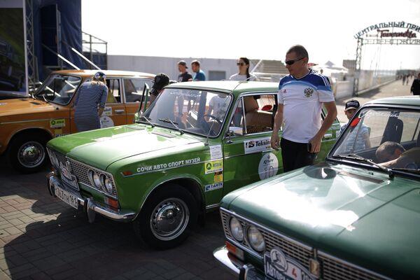 Участники юбилейного пятого авторалли Нахимов на автомобилях ВАЗ-2103 Жигули после финиша в Геленджике