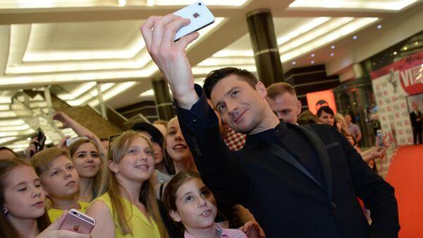 Певец Сергей Лазарев - лауреат в номинации Лучший певец фотографируется с поклонницами после церемонии вручения Русской Музыкальной Премии телеканала RU. TV