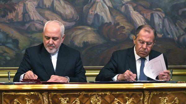 Министр иностранных дел РФ Сергей Лавров и министр иностранных дел Исламской Республики Иран Мухаммад Джавад Зариф во время подписания документов по итогам встречи в Москве. 8 мая 2019
