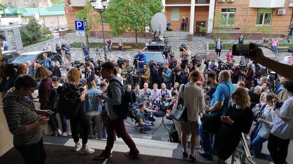 Журналисты возле здания Пресненского районного суда Москвы