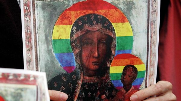 Изображение Девы Марии с радужным нимбом на голове в руках участницы акции протеста в поддержку Эльжбеты  Подлясной в Варшаве