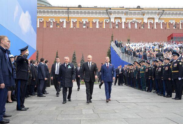 Президент России В. Путин, премьер-министр России Д. Медведев и председатель правящей партии Казахстана Нур Отан Нурсултан Назарбаев на военном параде в честь 74-й годовщины Победы в ВОВ