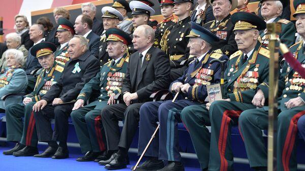 Президент России Владимир Путин и председатель правящей партии Казахстана Нур Отан Нурсултан Назарбаев на военном параде в честь 74-й годовщины Победы в ВОВ