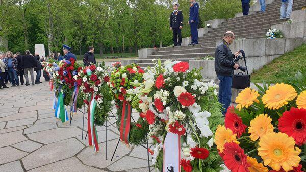 Возложение цветов в Трептов-парке в Берлине. 9 мая 2019