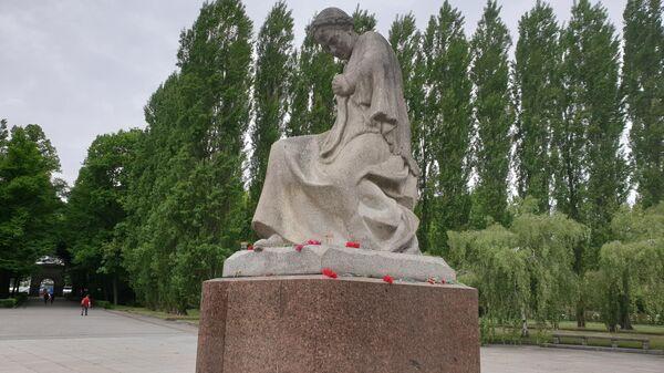 Монумент Скорбящая мать в Трептов-парке в Берлине