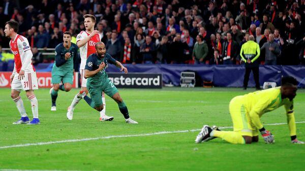 Полузащитник Тоттенхэма Лукас Моура радуется забитому мячу в ворота Аякса