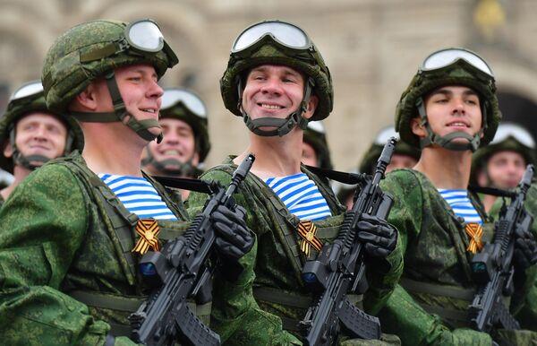 Военнослужащие 331-го гвардейского парашютно-десантного полка на военном параде на Красной площади, посвящённом 74-й годовщине Победы в Великой Отечественной войне