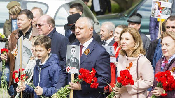 Президент Молдавии Игорь Додон участвует в акции Бессмертный полк в Кишиневе