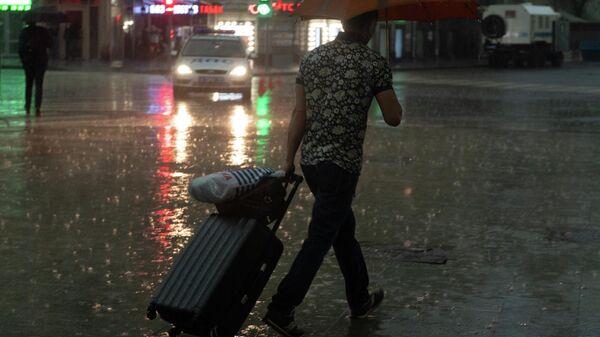Прохожий во время дождя на одной из улиц в Москве