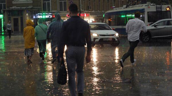 Прохожие во время дождя на одной из улиц в Москве
