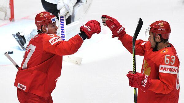Игроки сборной России Никита Гусев (слева) и Евгений Дадонов радуются заброшенной шайбе