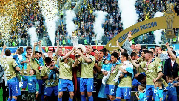 Футболисты Зенита празднуют победу в чемпионате России