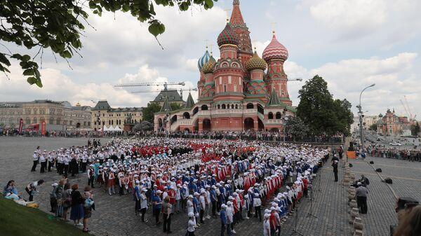Участники III смотра-конкурса детских духовых оркестров ЦФО на Васильевском спуске в Москве