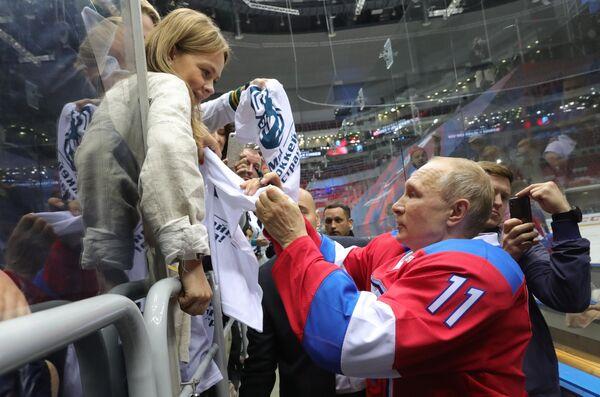 Президент РФ Владимир Путин после окончания гала-матча Ночной хоккейной лиги в ледовом дворце Большой в Сочи