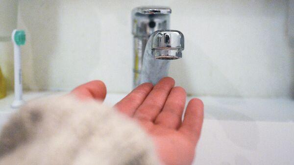 Кран в ванной комнате во время сезонного отключения горячей воды в Москве