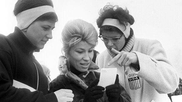 Советская конькобежка Клара Ивановна Гусева (в центре)