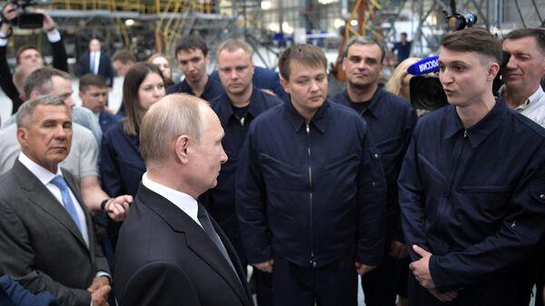 Президент РФ Владимир Путин общается с рабочими во время посещения Казанского авиационного завода имени С. П. Горбунова