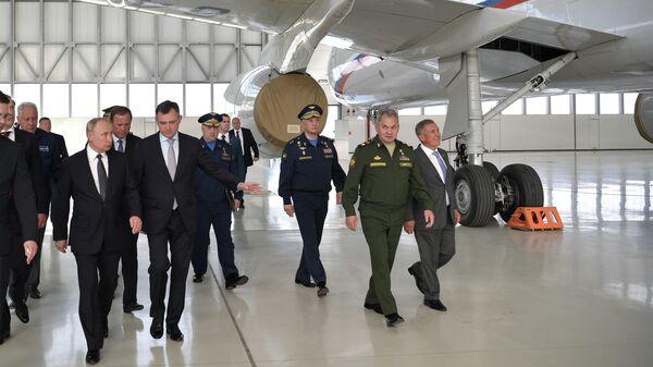 Президент РФ Владимир Путин во время посещения Казанского авиационного завода имени С. П. Горбунова - филиала ПАО Туполев в Казани