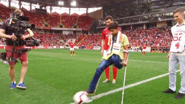 Герой фотоснимка Желание жить открыл футбольный матч в Москве
