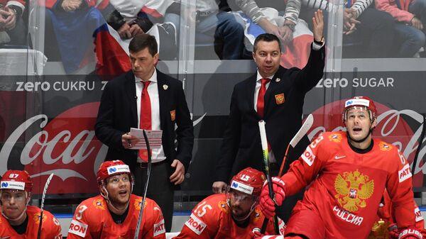 Главный тренер сборной России Илья Воробьев (на втором плане справа)