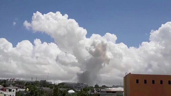 Дым поднимается на месте взрыва в столице Сомали Могадишо. 14 мая 2019
